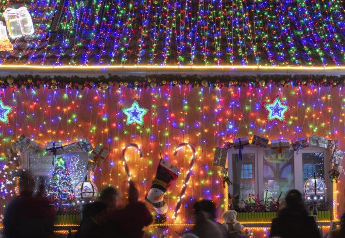 Američania našli spôsob ako si skrátiť chvíle v karanténe, vytiahli vianočné osvetlenia