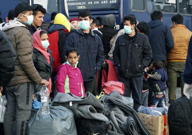 Gréci zatkli stovky migrantov prichádzajúcich z Turecka a previezli ich do stanového tábora