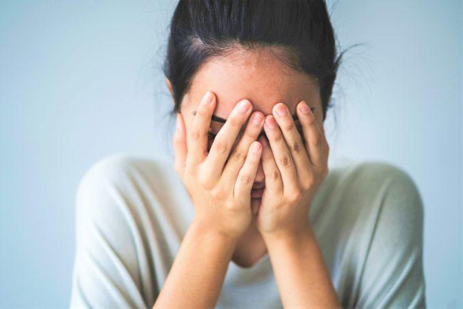 Žena naletela podvodníkom v online zoznamke, dvaja muži ju obrali o tisíce dolárov