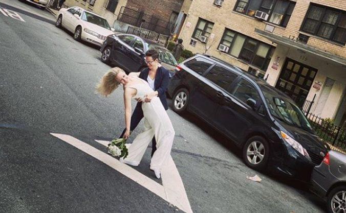Zatvorené úrady nezabránili svadbe, pár na ulici z okna zosobášil kamarát (video)