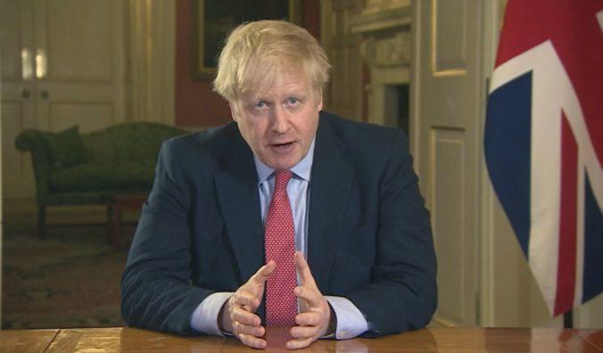 Veľká Británia pre koronavírus sprísnila opatrenia, premiér Johnson obmedzil ľuďom aj pohyb (video)