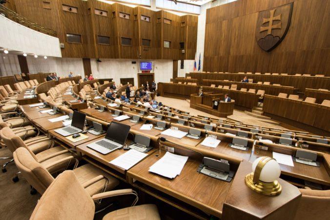 Znížia si poslanci platy počas mimoriadnej situácie? Koalícia je otvorená diskusii