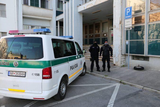 V Nitre vystrájali opití lupiči, pre nedostatok času ich polícia lapila len kúsok od miesta činu