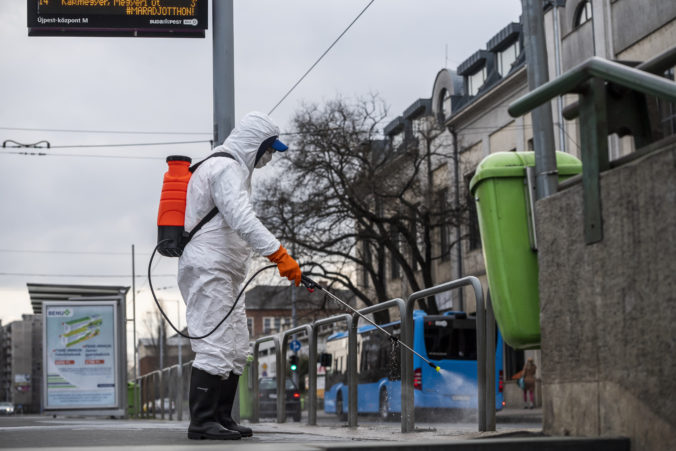 Orbán sprísňuje opatrenia proti šíreniu koronavírusu, Maďarsko zavádza čiastočný zákaz vychádzania