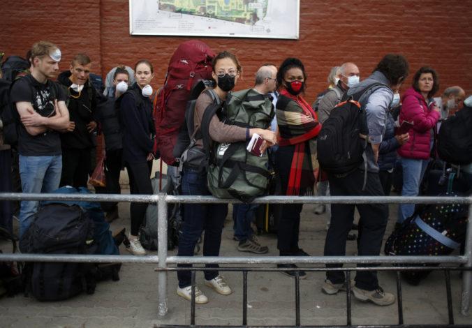 Stovky turistov uviaznutých v Nepále vyzdvihol záchranný let, Nemci vyjednali otvorenie letiska