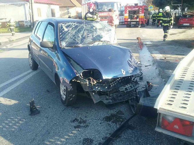 Vážna dopravná nehoda v obci Beňuš uzavrela cestu v oboch smeroch, na mieste zasahujú aj hasiči