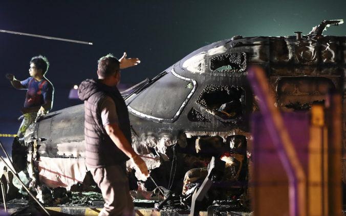 Lietadlo s ôsmimi ľuďmi na palube začalo na konci vzletovej dráhy horieť