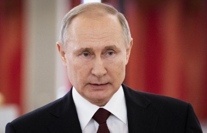 Putin chce zastaviť koronavírus týždňom plateného voľna, Moskva nariadila zákaz vychádzania