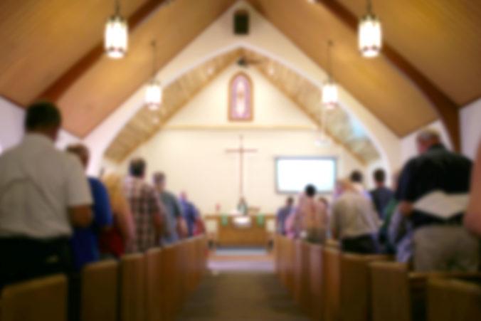 Na Pastora vydali zatykač, slúžil omše so stovkami veriacich a vysmieval sa z koronavírusu