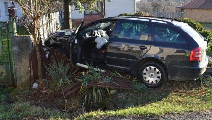 S autom skončil v plote. Opitý mladík nezvládol zákrutu a vyletel z cesty