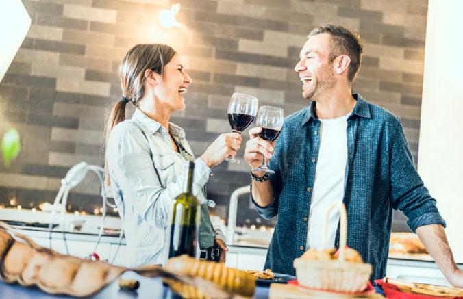 Španieli skupujú v obchodoch alkohol, doma si robia vlastné bary, aby prežili karanténu