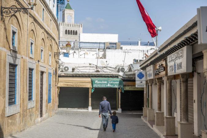 Zákaz vychádzania kontroluje v uliciach Tunisu policajný robot s termokamerou
