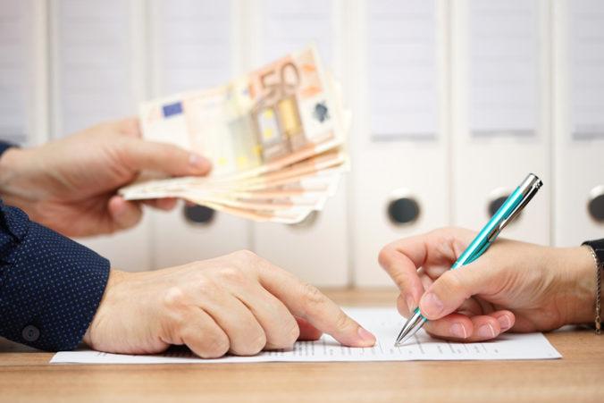 Slováci si budú môcť odložiť splátky úverov, parlament schválil ďalšie opatrenia