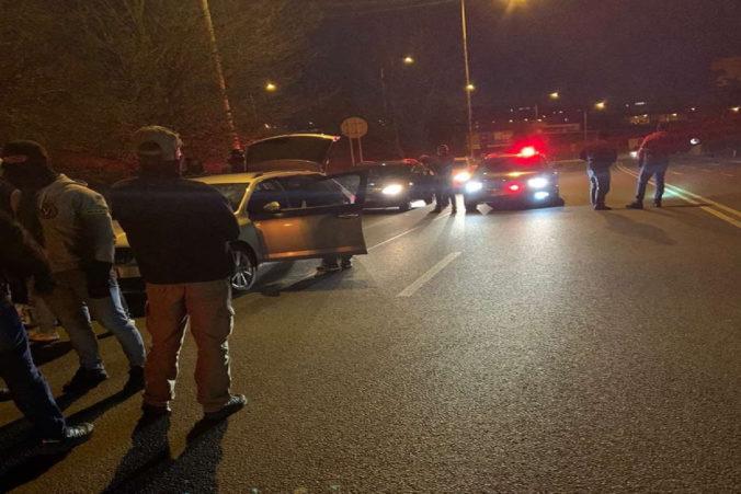 Pri protidrogovej razii Popoluška zhabali policajti metamfetamín a marihuanu, dve osoby skončili v putách