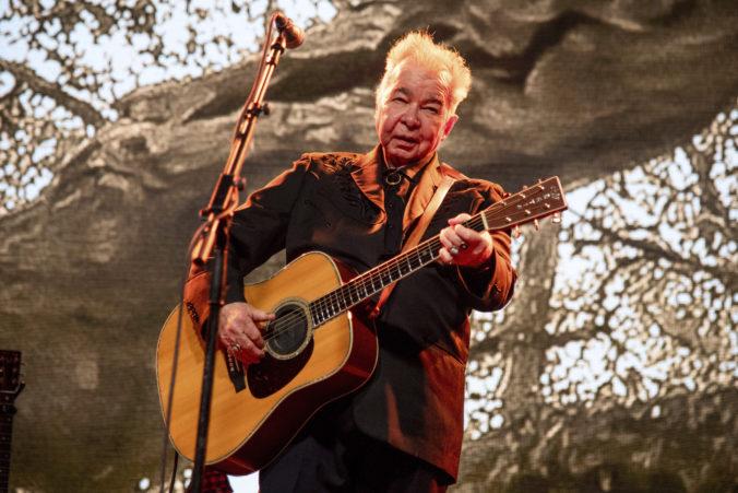 Zomrel americký folkový spevák John Prine, podľahol koronavírusu