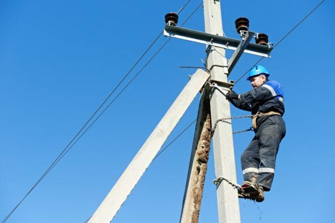 Koronavírus zasiahol aj elektrikárov, poruchy odstraňujú za prísnych bezpečnostných opatrení