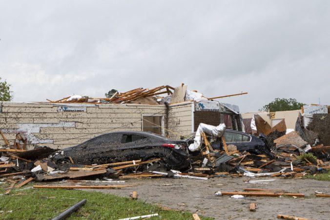 Tornáda na juhu USA zabíjali a zničili stovky domov (video)