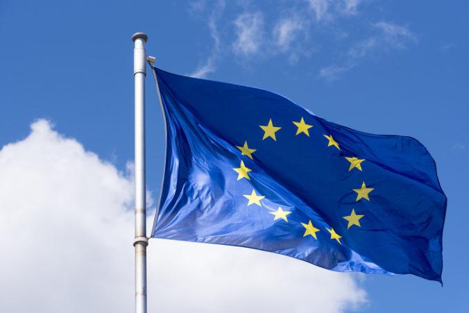Príliš rýchle uvoľňovanie opatrení môže viesť k prudkému nárastu nových prípadov koronavírusu, varuje EÚ
