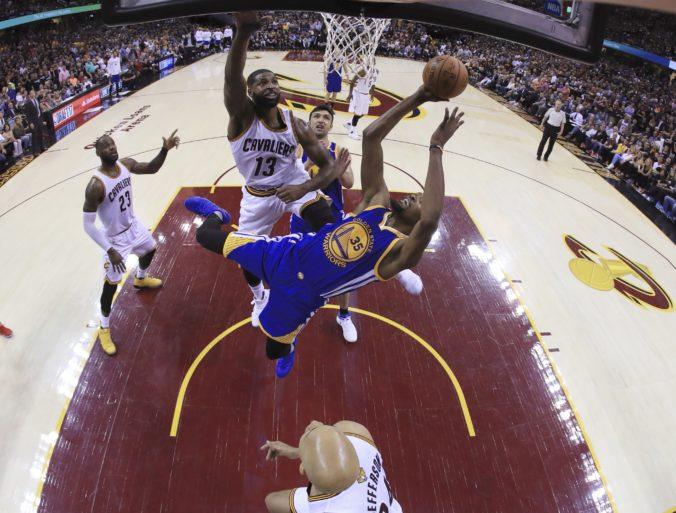 Hráči NBA prídu o štvrtinu platov, ak sezóna nebude pokračovať