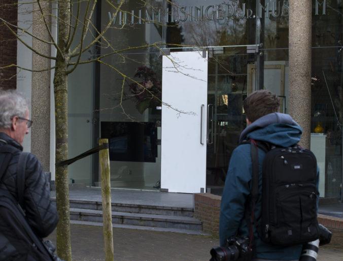 Holandská polícia hľadá zlodeja, ktorý ukradol Van Goghovu maľbu. Zverejnila video z múzea
