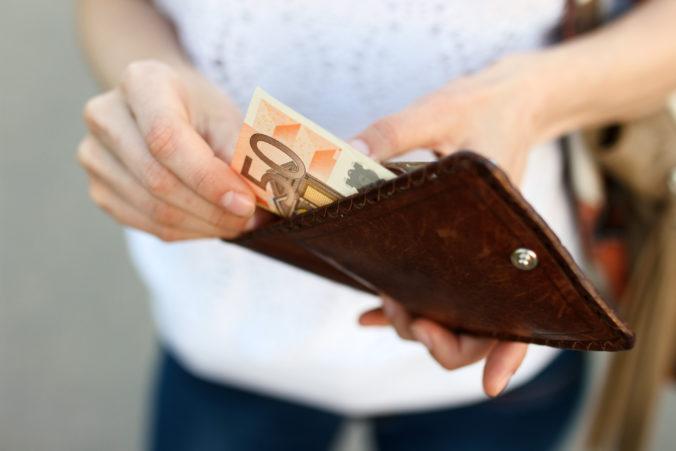 Žiadateľom o príspevky už prichádzajú schválené peniaze, úrady práce odoslali vyše 2,5 milióna eur