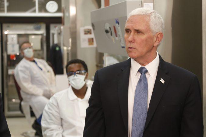 Viceprezident Pence vyvolal vlnu kritiky, do medicínskeho centra a laboratória prišiel bez rúška