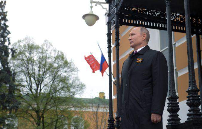 Putin si pripomenul koniec druhej svetovej vojny, ale okázalá vojenská prehliadka sa nekonala