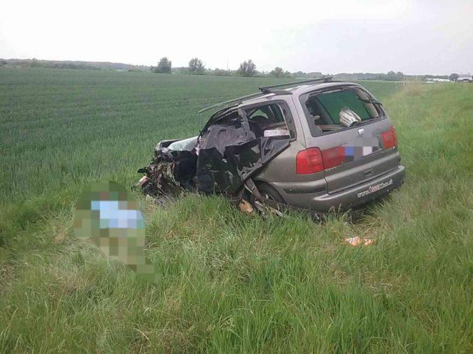 Pri obci Iža sa zrazil kamión s osobným autom, nehoda si vyžiadala dva životy a ďalších zranených (foto)