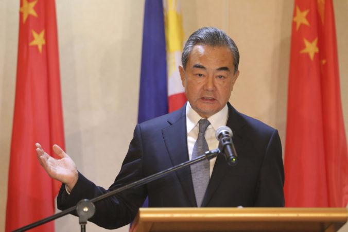 Čína vracia úder. Kritizuje USA za zneužívanie pandémie na politický boj a poškodzovanie WTO