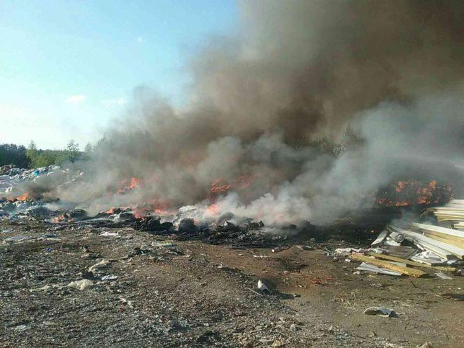 Hasenie požiaru trávy a odpadu v Markušovciach trvá už druhý deň, na mieste zasahujú desiatky hasičov (foto)