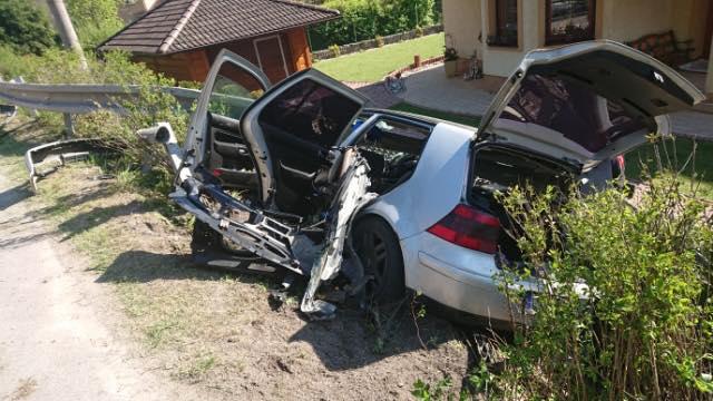 Mladý vodič nezvládol zákrutu a vrazil do zvodidiel a plotu domu, nehodu neprežilo 14-ročné dievča (foto)