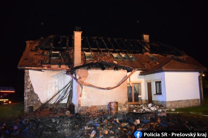Polícia začala vyšetrovať požiar v areáli penziónu, plamene zachvátili strechu aj dreváreň (foto)