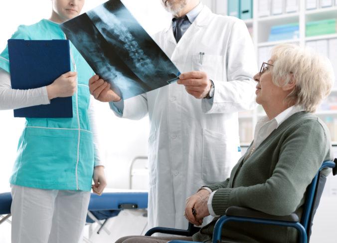 Puto s matkou je nezlomné, jej kosti však áno. Osteoporóza kradne nielen kosti, ale aj roky života