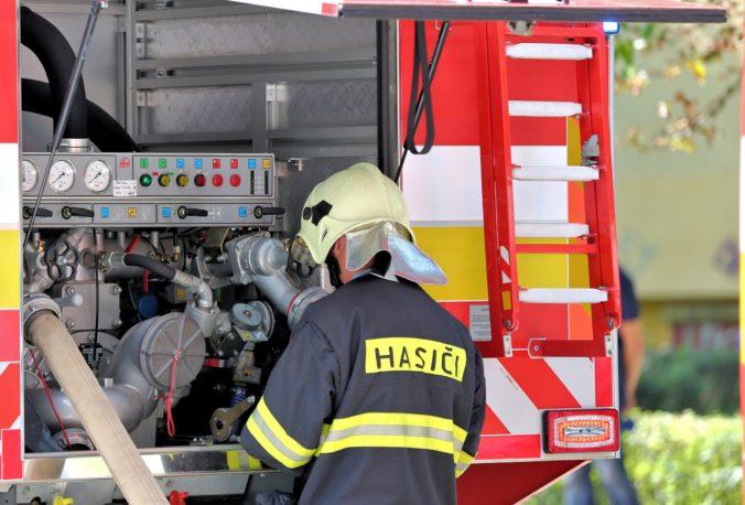 Bytovku v Novom Meste nad Váhom zasiahol požiar, hasiči zachránili devätnásť ľudí