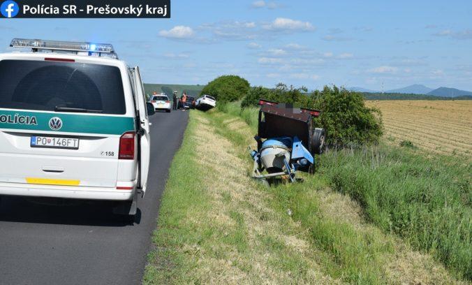 Opitý šofér najprv prišiel o prívesný vozík s miešačkou a potom s autom skončil v priekope (foto)