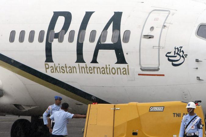 V Pakistane havarovalo lietadlo so sto pasažiermi na palube, zrútilo sa do obývanej oblasti (video)