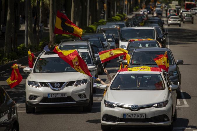 Tisíce podporovateľov krajnej pravice protestujú v niekoľkých mestách Španielska proti vláde