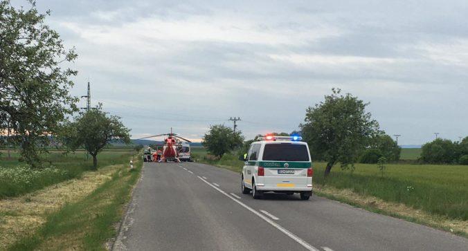 Auto skončilo prevrátené na streche, muža v kritickom stave museli previezť do nemocnice leteckí záchranári