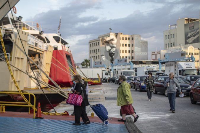 Grécko zachraňuje turistickú sezónu, otvára reštaurácie a obnovuje dopravu na ostrovy