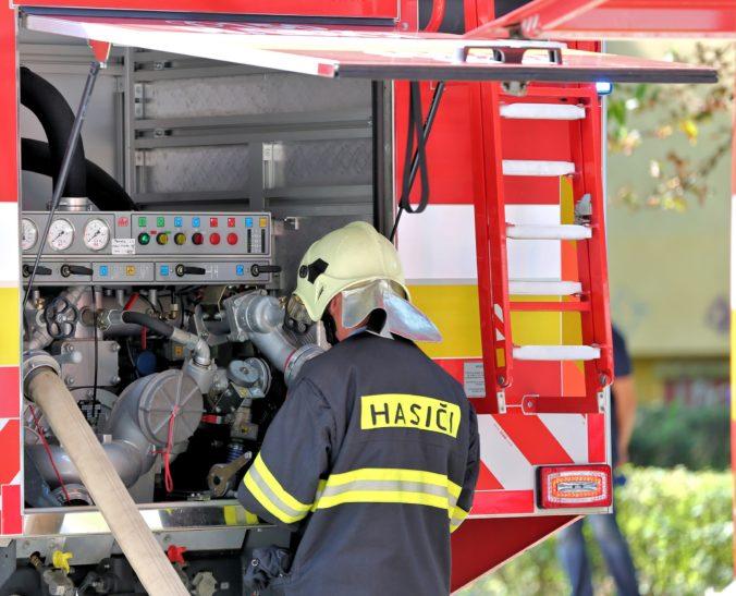 Ladislava a Vladimíra obvinili z podpálenia bytovky, pred budovou vraj rozliali benzín a zapálili ho