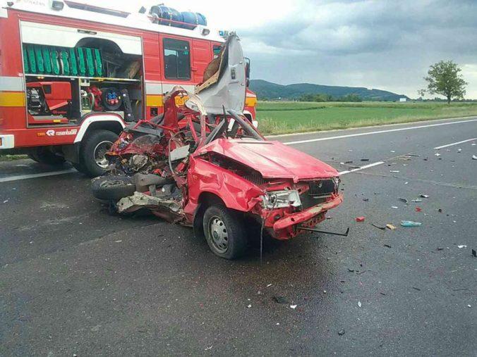 Tragická nehoda pri Adamovských Kochanovciach si vyžiadala dva životy, ďalšia osoba je zranená