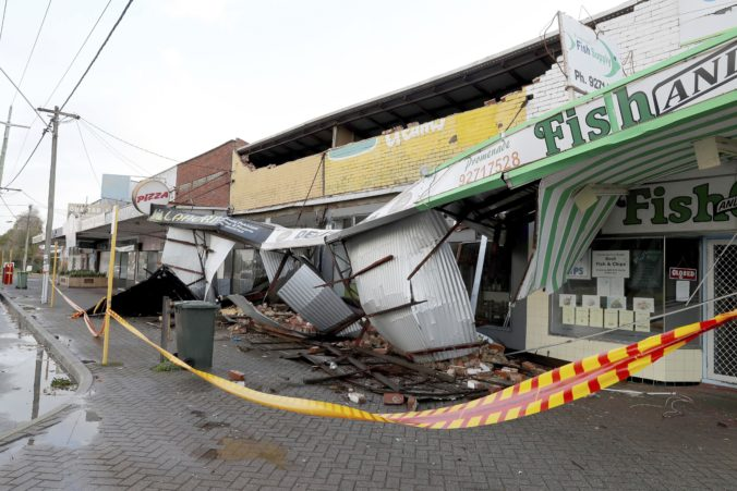 Západnou Austráliou sa prehnala silná búrka, desaťtisíce domov a obchodov zostalo bez elektriny