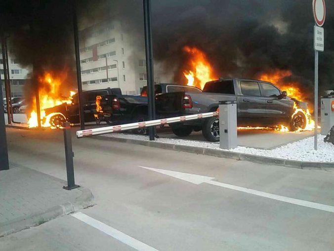 V Bratislave horeli autá, škody rátajú v státisícoch eur (foto)