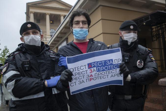 Aktivisti v Moskve protestovali proti zatknutiu novinára, polícia zadržala aj ich