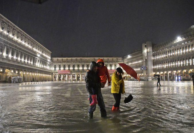 Benátky zaplavil neobyčajne vysoký príliv, voda sa vyliala takmer v štvrtine mesta (video)