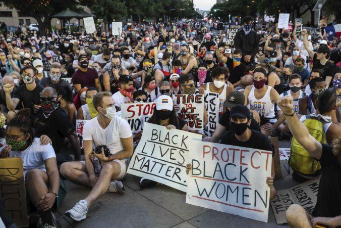 Facebook odstránil stovky účtov rasistických skupín, ktoré zneužívali protesty v USA po smrti Floyda