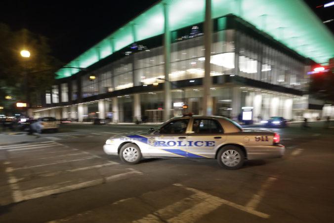 Polícia pátra po neznámom mužovi, ten počas streľby na policajnej stanici zranil zástupcu šerifa