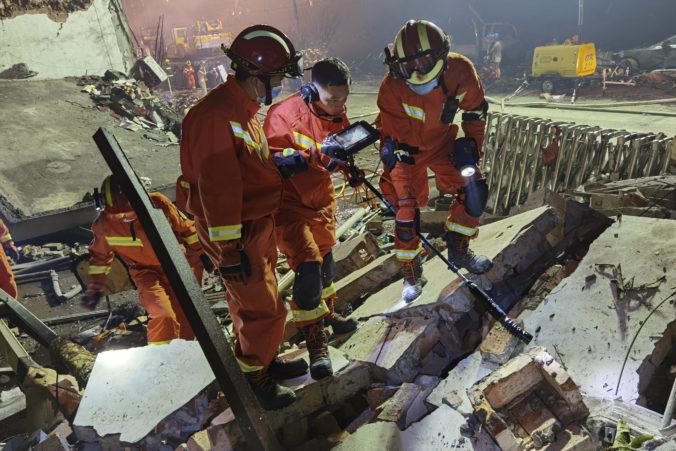Po výbuchu cisterny na diaľnici hlásia mŕtvych i zranených, explózia poškodila aj okolité budovy