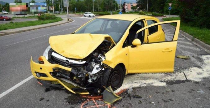 Opitý vodič spôsobil na ceste do práce dopravnú nehodu, nafúkal takmer tri promile (foto)