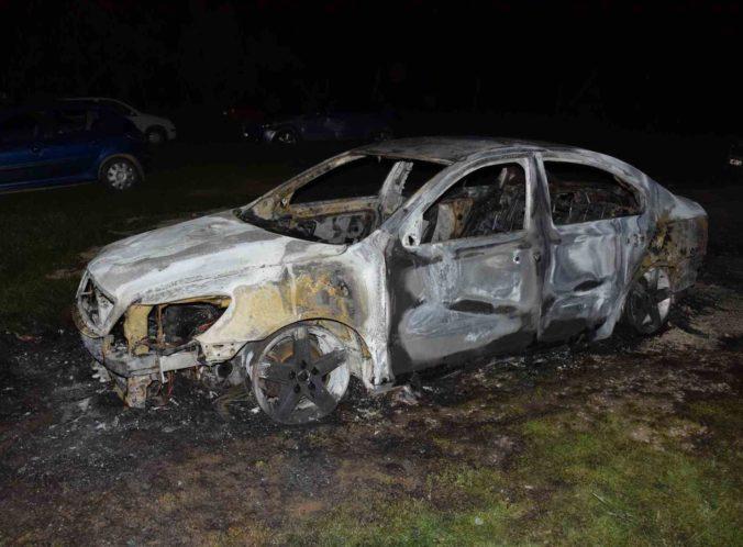 Mladík úmyselne polial auto horľavinou a zapálil ho, hrozia mu až tri roky za mrežami